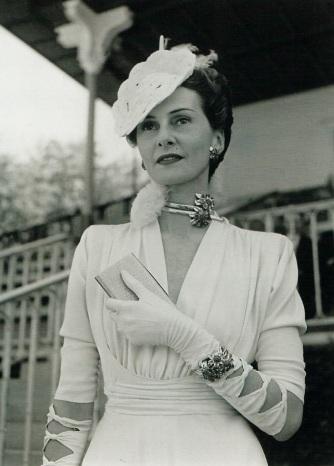 Hélène Arpels au prix de Diane à Chantilly portant un collier et un bracelet passe-partout. 4 juin 1939.jpg