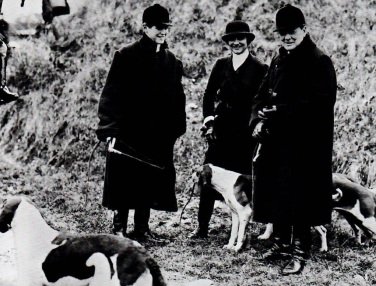 1928, près de Dieppe ou Coco participe à une chasse avec Winston Churchill et son fils Randolph.jpg