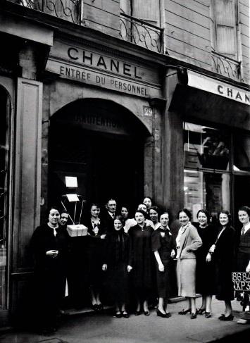 En 1936, le personnel de la maison Chanel en grève devant le 31 rue Cambron.jpg
