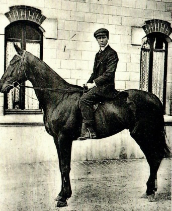 Etienne Balsan à cheval à Royallieu.jpg