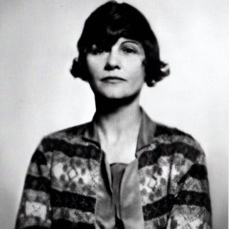 Gabrielle à 40 ans, elle crée les costumes d'Antigone mis en scène par Jean Cocteau.jpg