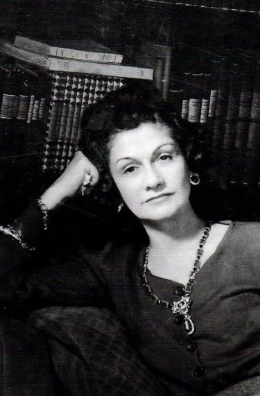 Gabrielle Chanel dans sa suite du Ritz vers 1930.jpg