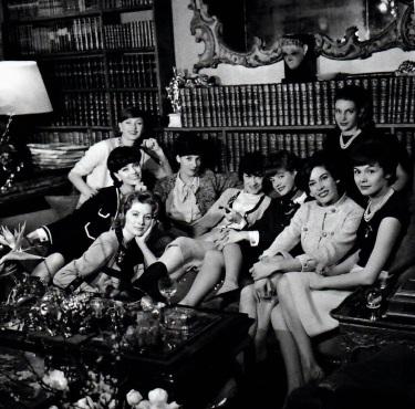 Mademoiselle Chanel et ses mannequins, une sorte de famille qu'elle s'est créée avec des jeunes filles en vogue, qu'elle envoie partou dans Paris habillées en Chanel.jpg