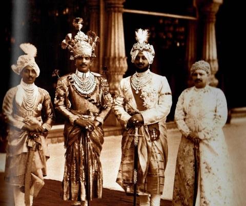 Maharaja de Patiala, 3eme en partant de la gauche.jpg
